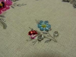 ブルーと赤の小さい花。それぞれ違った花が並んでいます。