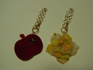 赤いリンゴと黄色い薔薇のチャームも完成しました。