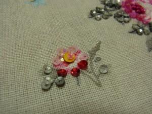 ピンクの小花の花芯に、黄色のスパンコールを刺しました。