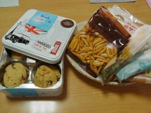 クッキー、カレー味の柿ピー、ハトサブレなどのお菓子があります。
