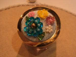 ブルー、ピンク、黄色のスパンコールで大小の花が刺してあります。
