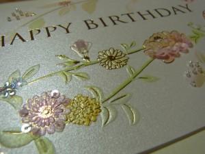薔薇の左側の絵柄に刺しています。ピンク、黄色、白の小花があります。