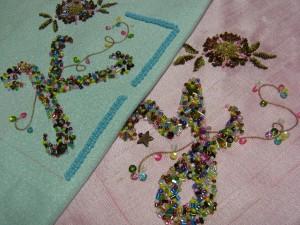 K,Yのイニシャルの刺繍があります。花の刺繍とツイストワイヤーも刺してあります。