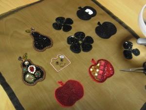 ギンゴ、花、洋ナシの刺繍が終わったので、これからカットします。
