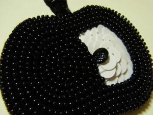 黒いリンゴのチャームです。ドット模様の種が可愛いです。