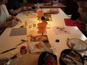 5名の方がビーズ刺繍をしているレッスン風景です。