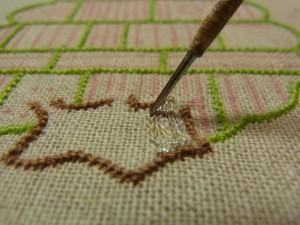 幹を2色の糸で刺しているので、ランダムに糸が現れます