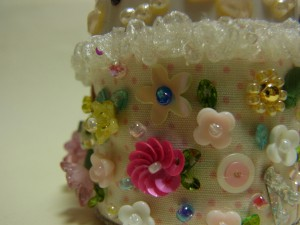 ピンクッションの側面は、様々な花のビーズを刺してラブリーにしています。