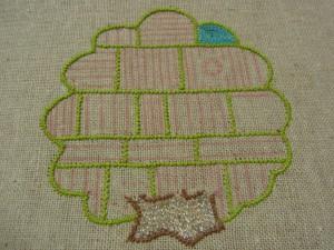 木の中の一部と幹を糸刺繍で仕上げました。
