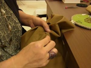 帆布に、丸小ビーズの連続刺しをしています。