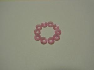 製図をする紙に、カップ型4㎜スパンコールを円形に置いています