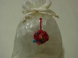 アクセサリーを入れている、オーガンジーの袋に飾っています。