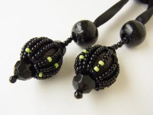 サテンリボンの先端にも、黒いウッドビーズを飾っています。