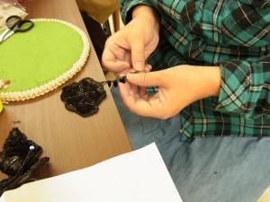 ブローチのフリンジ(ビーズ、トップホール、竹ビーズ、カットボールなどを使って)を作って、花に付けています。