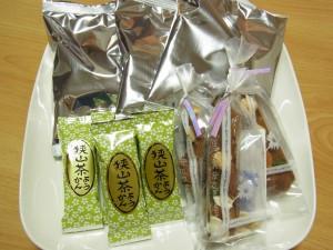 箱根のお菓子、羊羹、あげ煎餅がお皿に並んでいます。