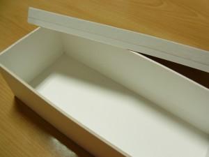 ボードをボンドで貼り、組み立てた横長の箱です。