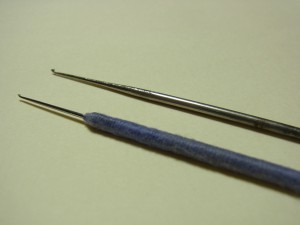 金属の針があります。使いづらいので持ち手部分に糸を巻いています。