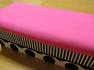 これから蓋部分に、ビーズ刺繍をしていきます。ピンクの生地に刺していきます。