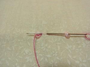 前のスパンコールの糸部分に針を戻します