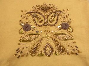 こちらは、アリワークの木枠を入れるバックの刺繍です。細いツイストワイヤーを使って茎を表現しています。