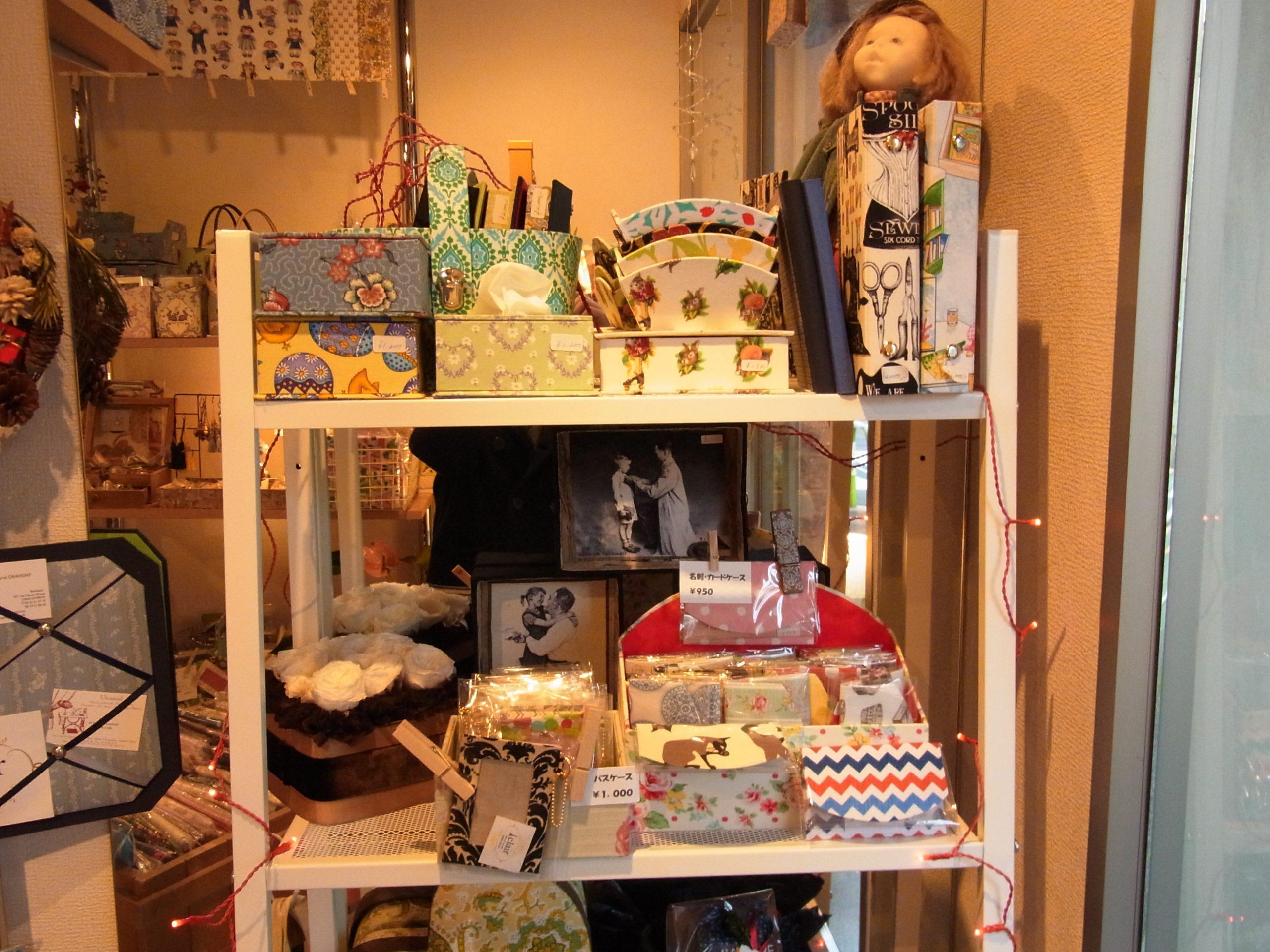 手作りの箱がたくさん飾ってある根津のショップです。