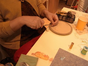 フェルトでビーズマットを制作しています。可愛い羊毛玉を飾りにつけています。