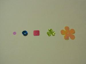 左から フラット型 カップ型 スクエア型 変形型 花型のスパンコールが並んでいます。