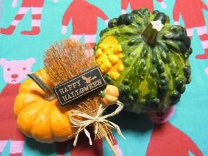 Hallowe'en用のかぼちゃが2個あります。