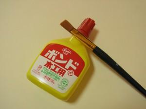 カルトナージュに使うボンドと筆です。