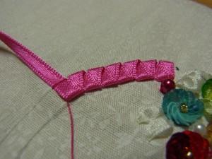 円状に刺す幅の内側から糸を出しています。