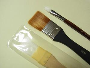 カルトナージュに使う刷毛の大、中、小の3本があります。