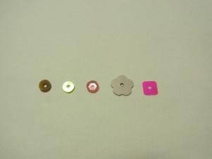 カップ型、フラット型、花型、スクエア型のスパンコールがあります。