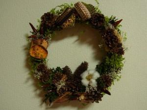 Christmasリースがあります。ハート型の飾り2個にビーズ刺繍がしてあります。