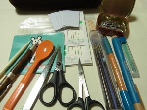 小物入れに入っている中身のご紹介です。  ハサミ、ピンセット、針、ビーズ針などです。
