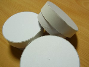 カルトナージュの小さい丸箱が3個あります。