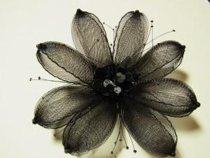 透け感のある黒い花のコサージュです。