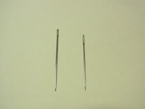 長短の刺繍針が2本あります。