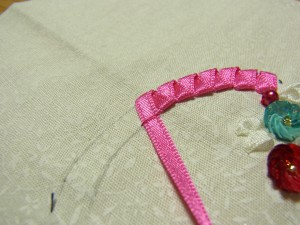 リボンを糸で固定します(リボンの幅で)