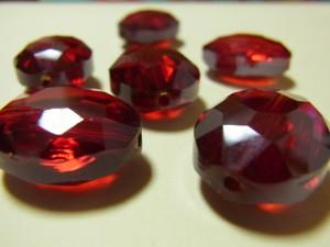 赤いガラスビーズが6個あります。