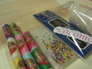 転写済みの生地、糸、ビーズ、スパンコール、針、帆差針、たこ糸がセットになっています。