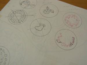 円の中に文字や花のデザインが描いてあります。