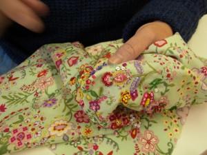 花模様の刺繍が完成したので、無地になっている部分をスパンコールで刺し埋めています。