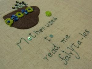 レーヨン糸1本どりで英文を刺繍しています。