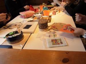 本日は5名様の刺繍う                          お教室で5名様が刺繍をされています。
