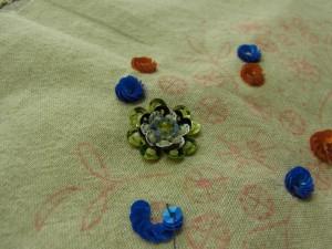 円形、二重円の花が沢山刺してあります。