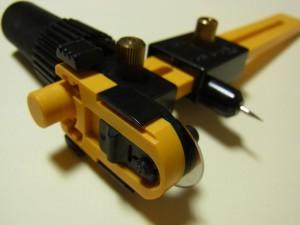 円形の刃物は、黒いカバーを上にスライドさせると出てきます。