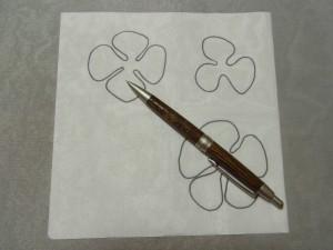 3枚の花びらをオーガンジーに転写しています。