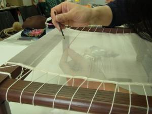 糸刺繍で枠の直線部分を刺しています。