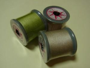 グリーンとベージュの糸があります。