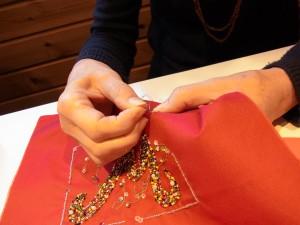 4本どりレーヨン糸で、ナッツステッチに取り組んでいます。おへその形にそっくりに出来るのが可愛い!